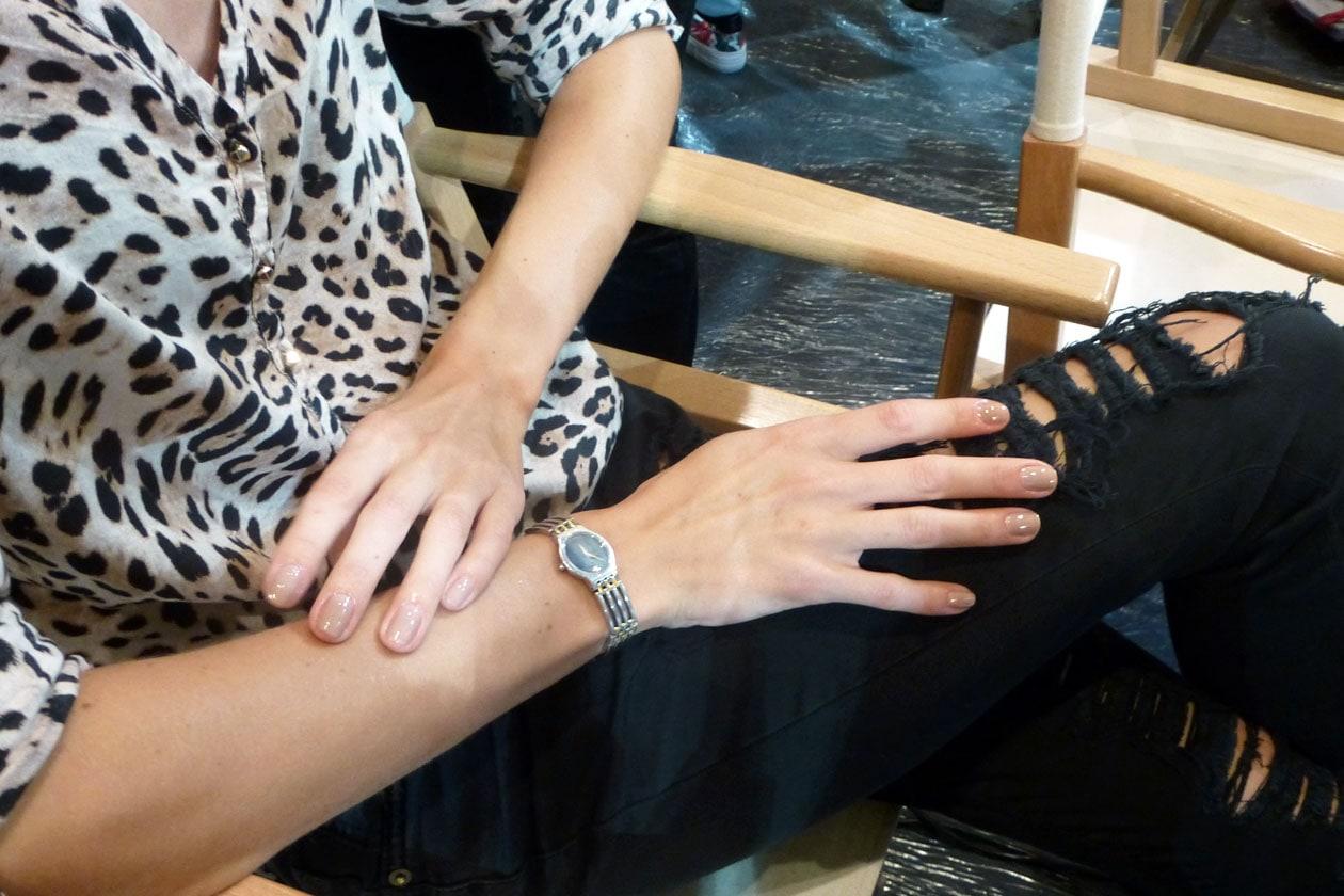 Nuance lattiginose per le mani delle modelle (Les Copains)
