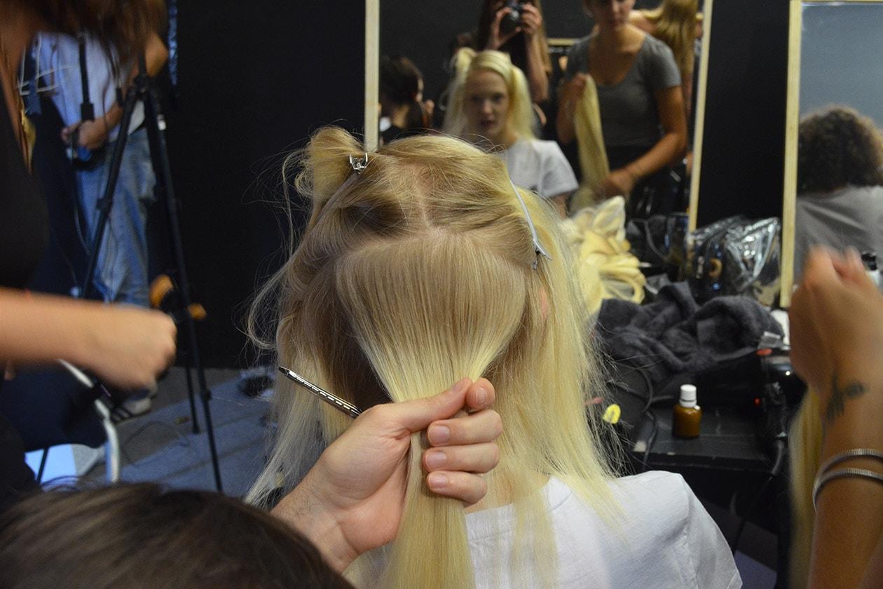 Per dare forza e corposità alla chiome l'hair stylist Neil Moodie ha usato il Foundation Spray di Windle&Moodie