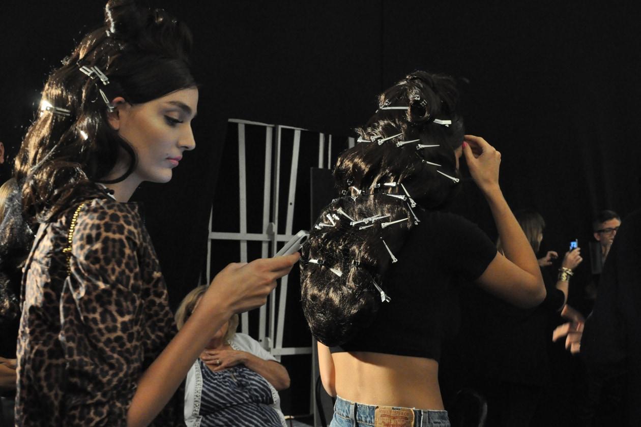 Pinze e forcine per tenere in ordine i capelli durante le prove