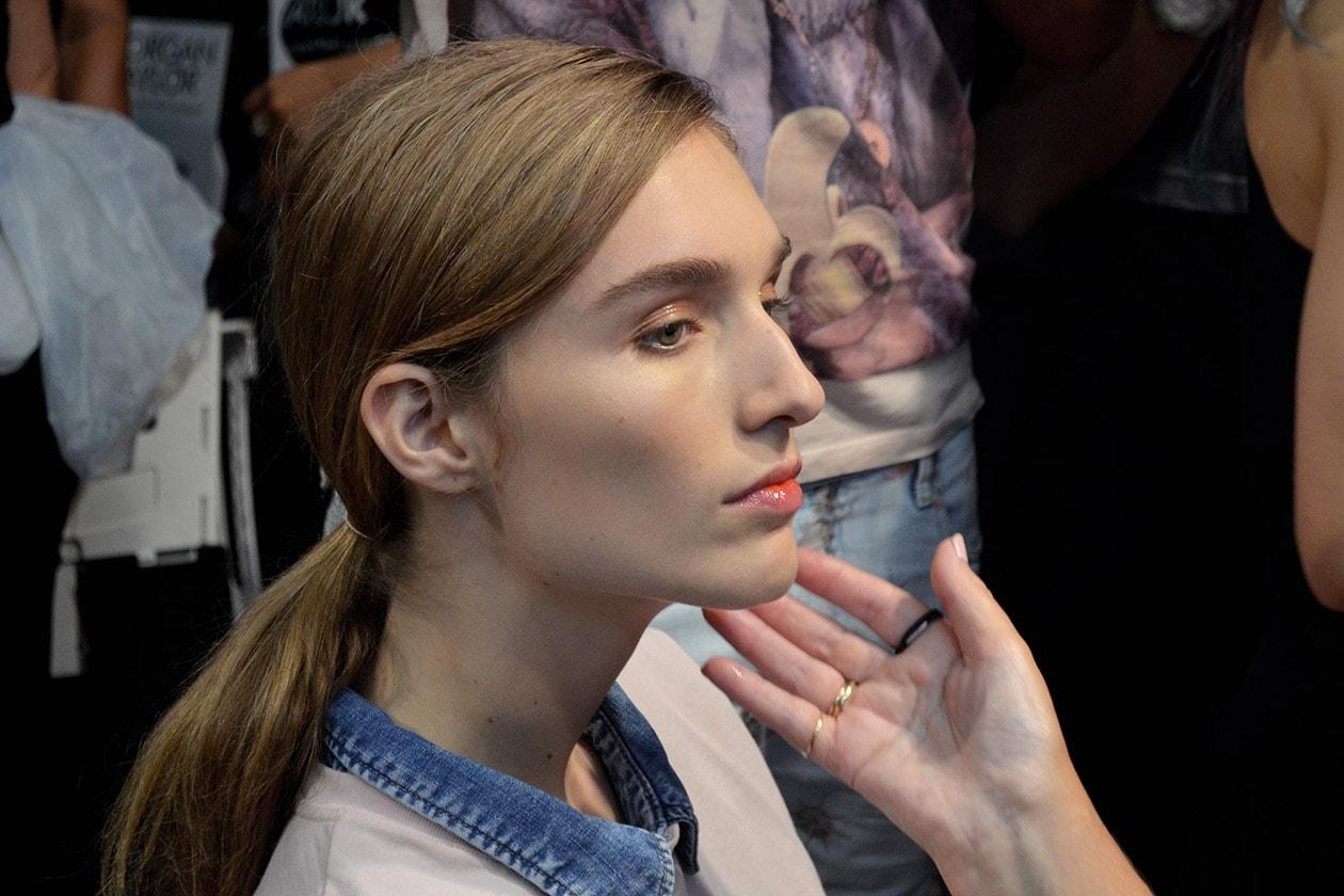 Sulle labbra un leggero rossetto sui toni dell'arancione: è il Bang On Red di MAC Cosmetics della Lip and Cheek Palette che uscirà la prossima primavera