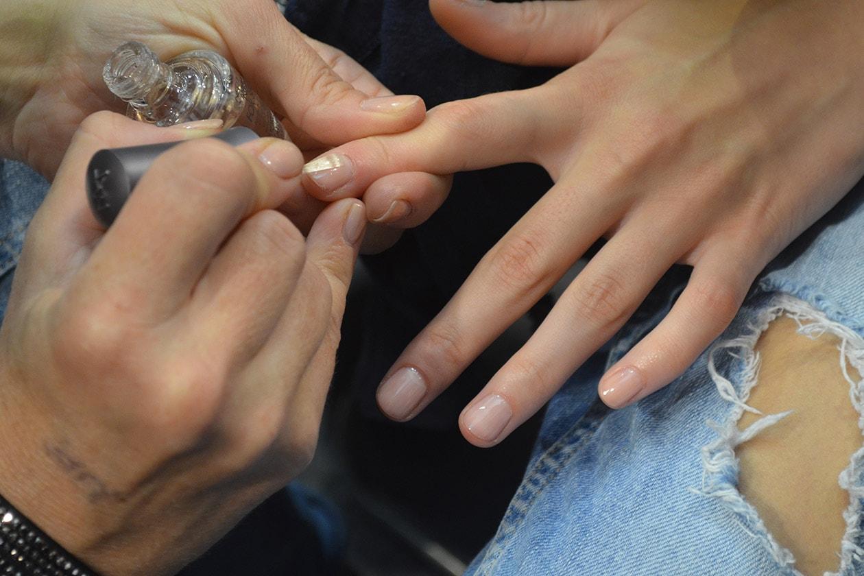 Sulle mani delle modelle è stato applicato lo smalto Simply Irresistible di Morgan Taylor
