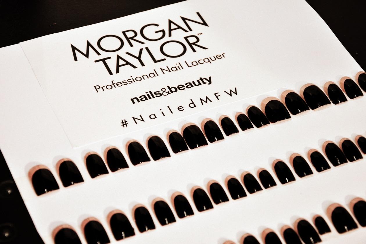 Sulle unghie delle modelle sono state applicate delle tips bicolore