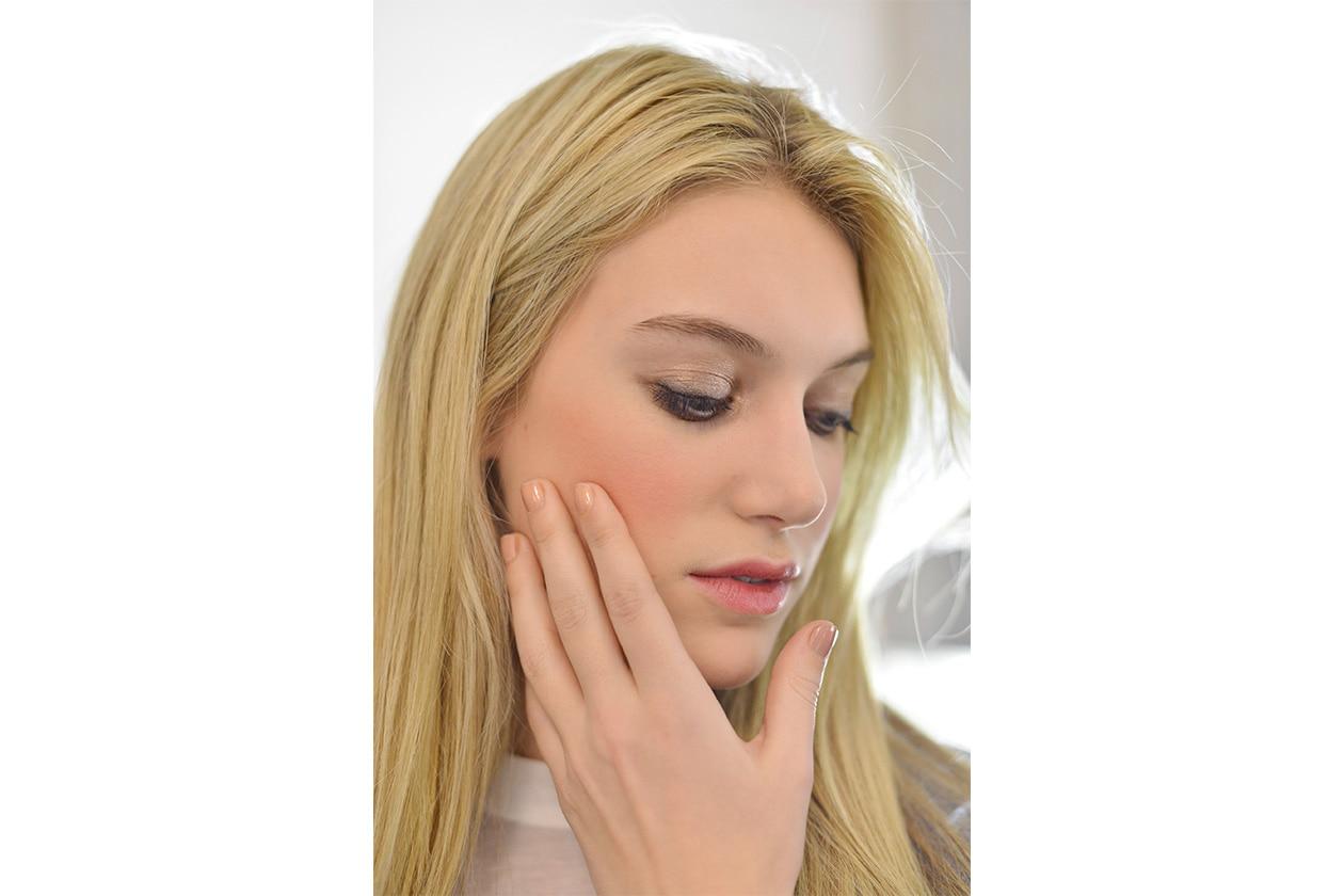 Un leggerissimo beige per la manicure scelta da J. Mendel