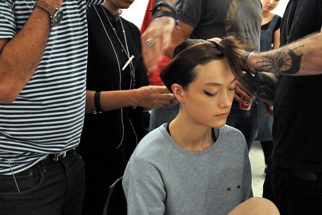 Yumi Lambert durante l'hair styling