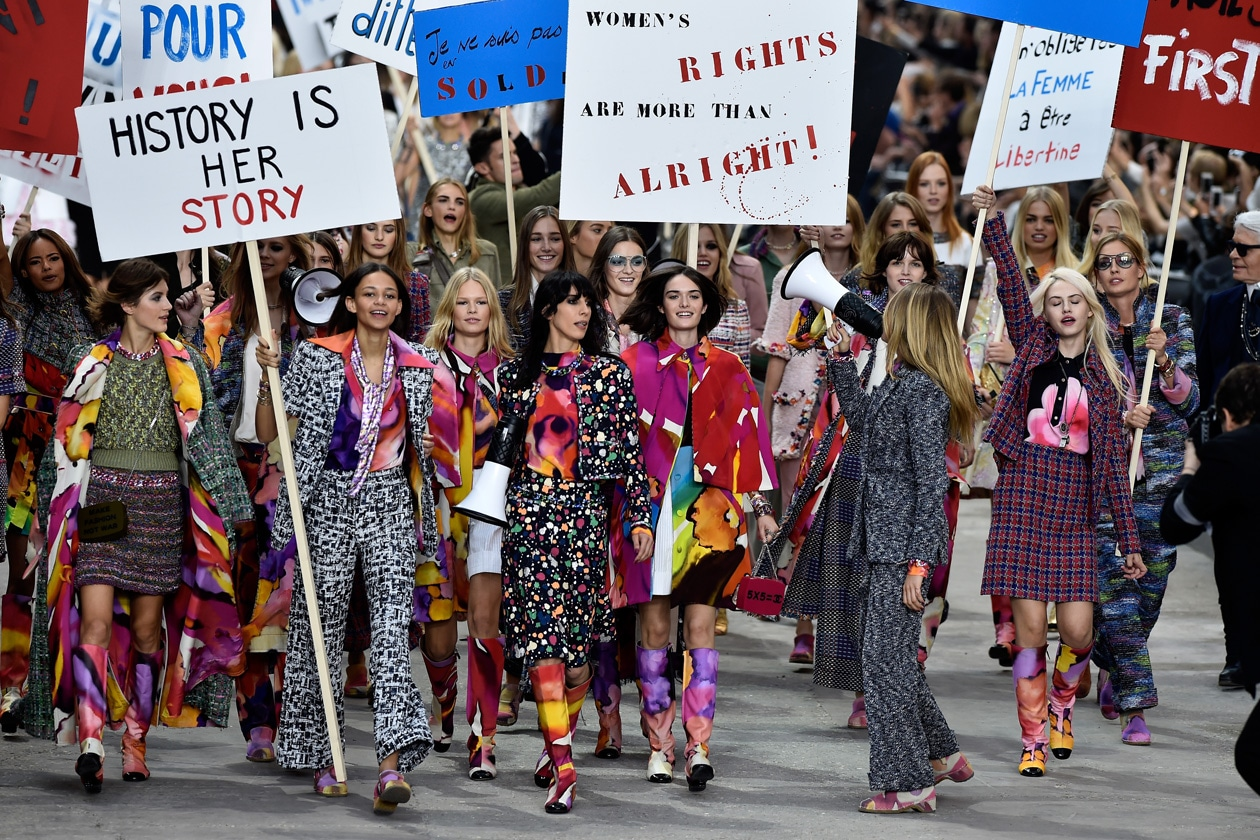 Chanel PE 2015: protesta femminista in passerella