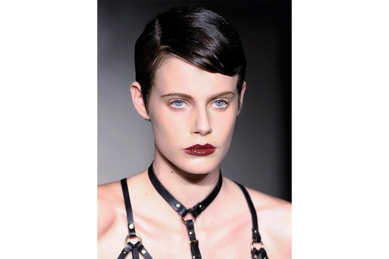 Anche  Zana Bayne valorizza il centro delle labbra con un rossetto iperlucido