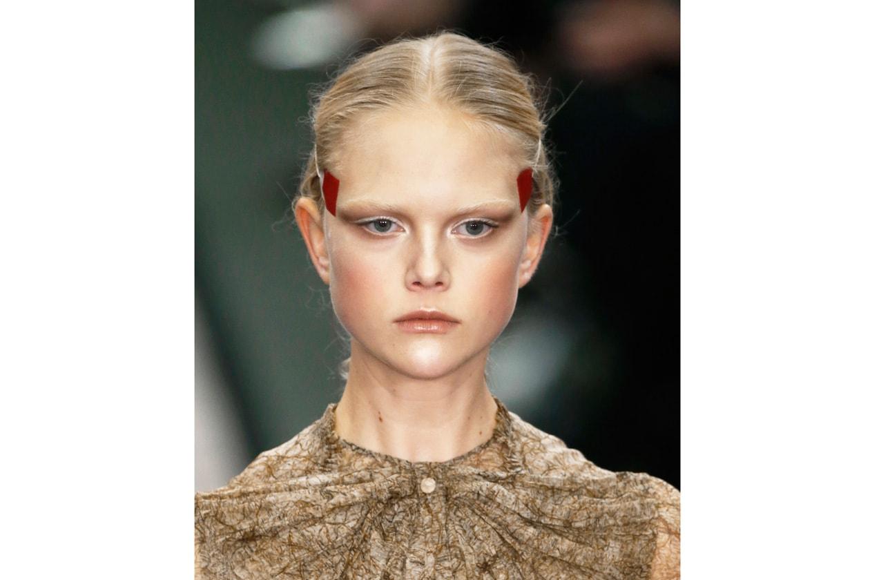 Anni 80: era applicato con il pennello specifico per le guance anche sulla palpebra superiore per dare colore (Givenchy)
