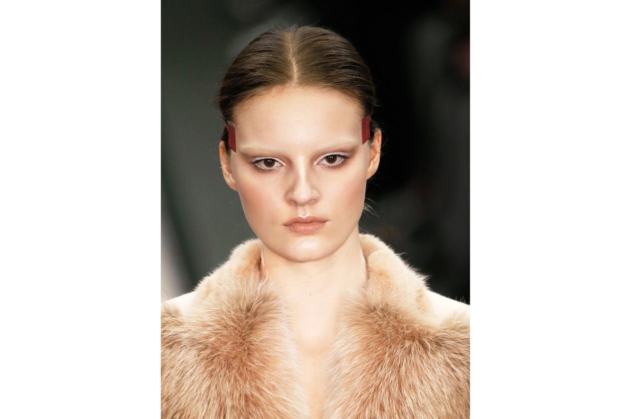 FARD O BLUSH? Il prodotto di bellezza che serve a delineare gli zigomi e a dare colore al viso fu definito inizialmente come fard, poi rouge, infine blush (Givenchy)