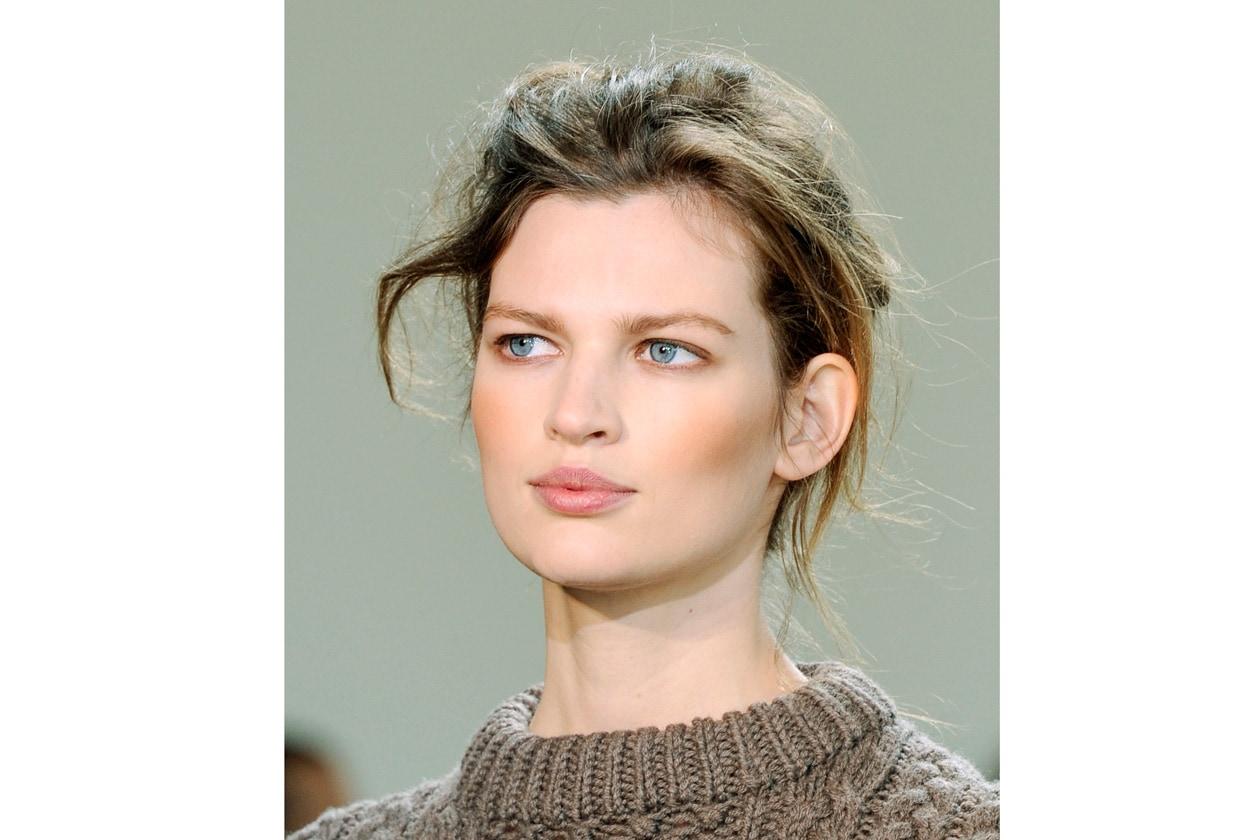 Compatto è il blush per definizione, da tenere in borsa con pennello e specchietto, per avere un'allure radiosa (Michael Kors)