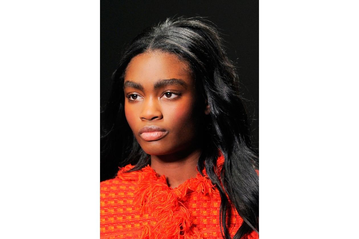 ARROSSIRE IN PASSERELLA: il make-up leggero non è più prerogativa della stagione estiva, quando, per ovviare alle temperature in aumento, si predilige l'effetto naturale (Sibling)