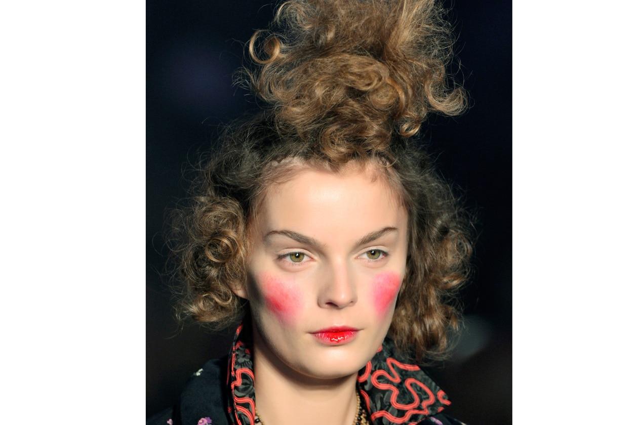 Scolpire i lineamenti, ritoccare il colorito delle gote, armonizzare il tutto con un rossetto, sono le tre fasi del make-up perfetto anche per l'Autunno/Inverno (Viviene Westwood)