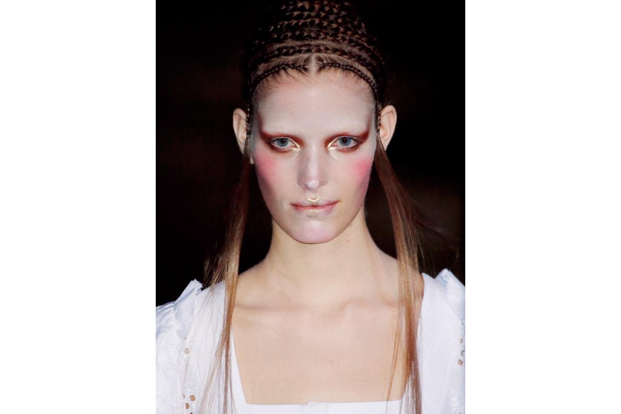 Nell'Inghilterra vittoriana il blush subì un arresto, poiché colorare il viso era considerato sinonimo di bassa moralità. Gli storici raccontano di donne che usavano pizzicarsi le guance e mordersi le labbra, per farle apparire più rosse (Alexander Mcqueen)