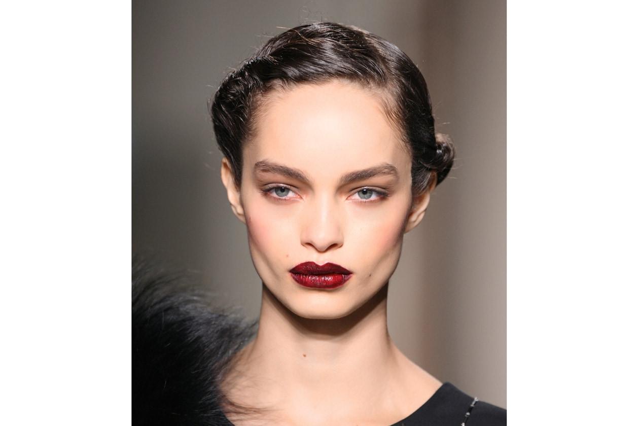 Anni 20: applicato su un viso con carnagione pallida e opaca, il blush era consentito solo in due colorazioni: rosa e lampone. Già in quel periodo si trovava in polvere, liquido e in crema (Angelo Marani)