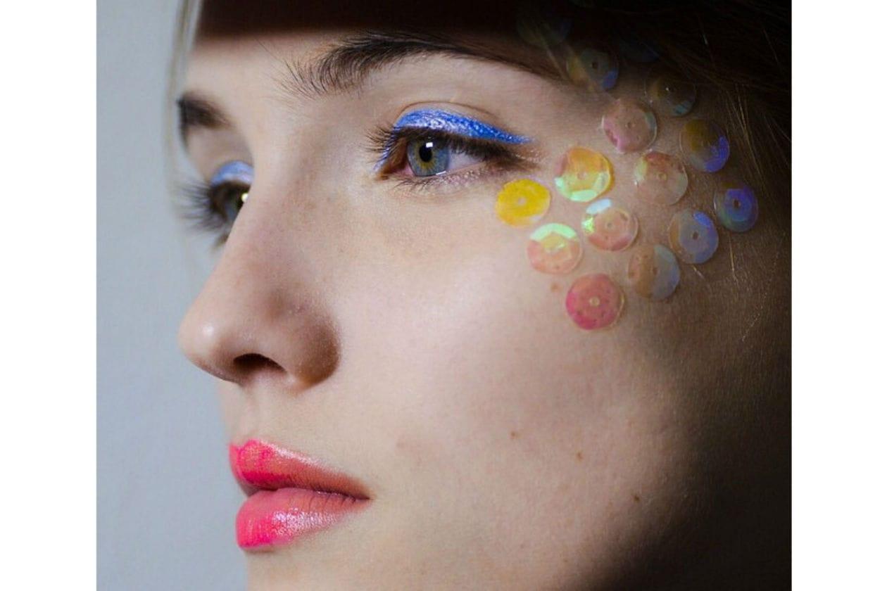 Eyeliner blu elettrico e gioco di paillettes per Manish Arora