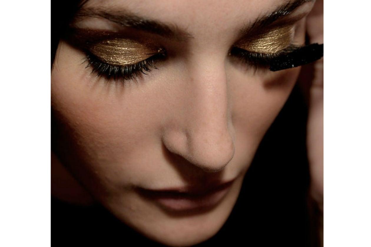 Gli occhi si illuminano di polveri oro (Alexis Mabille)