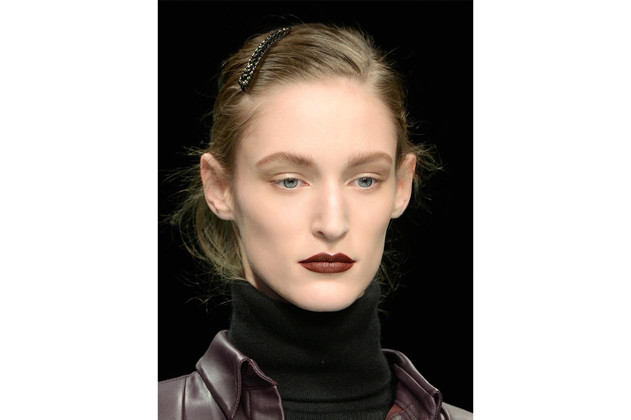 Il rossetto della modella di Anteprima ha un finish cremoso: il rosso mattone ricorda le nuance in voga negli anni Novanta