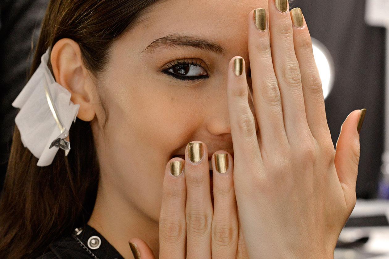 Il trend dell'anno vuole unghie completamente colorate con più passate di prodotto (Mara Hoffman)