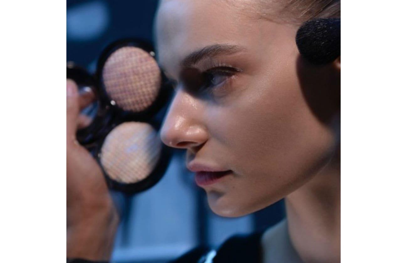 Il viso delle modelle è curatissimo e privo di imperfezioni; Vionnet lavora con polveri leggere per un conturing che valorizza gli zigomi