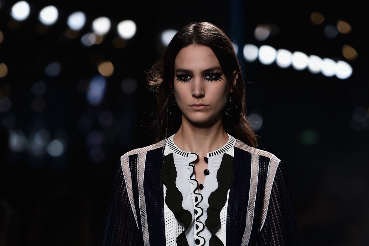 Louis Vuitton lavora sul contorno degli occhi e sulle ciglia per un cat eyes molto sexy
