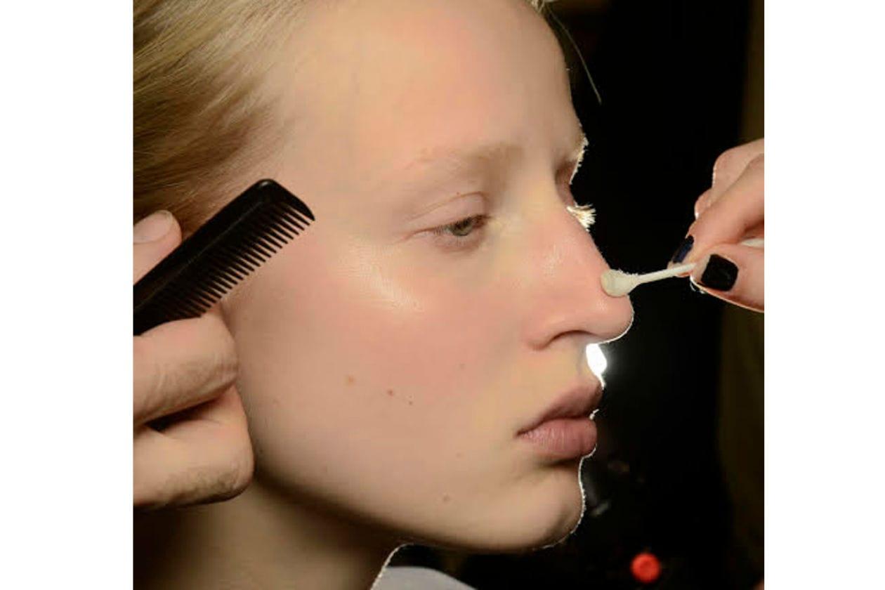Pelle glowing e bleached eyebrows per Giambattista Valli