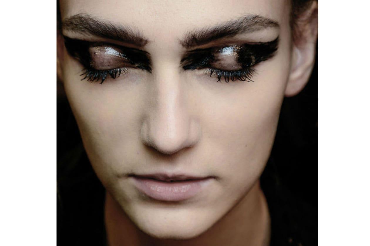 Pennallatura very black con un tocco di gloss nella parte centrale delle palpebre è la scelta artistica di Anne Demeulemeester