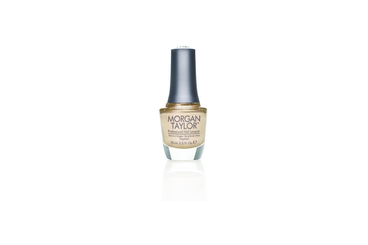 Pioggia di glitter per la manicure autunnale di Morgan Taylor (qui nella tonalità Give Me Gold)