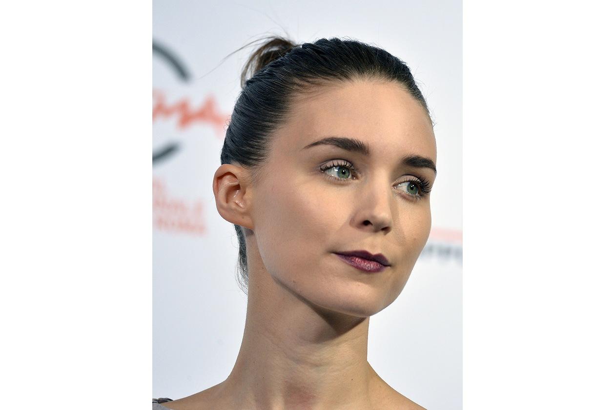 Rooney Mara: dark violet lipstick