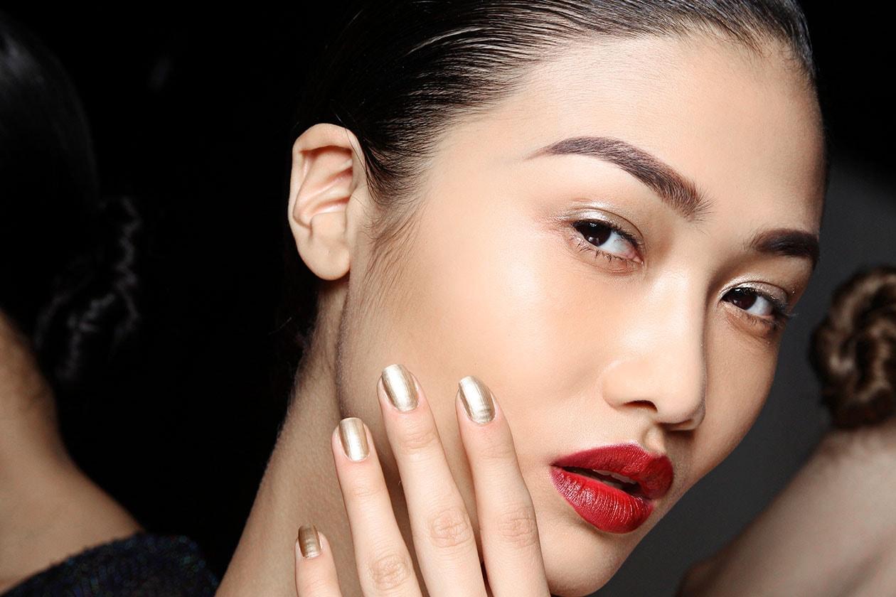 Rossetto rosso e manicure gold: un anticipo del mood natalizio (Naeem Khan)