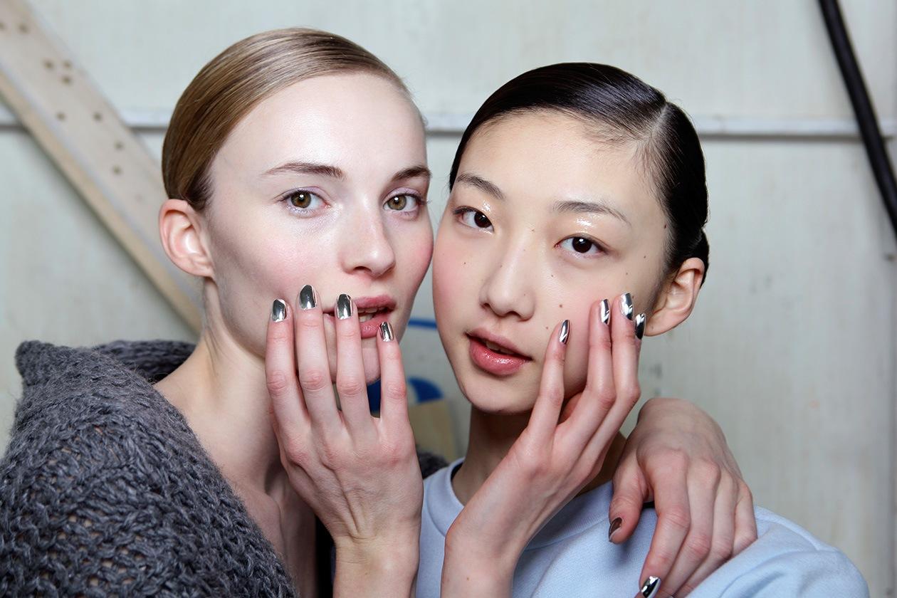 SILVER: la tendenza di stagione le vuole effetto specchio per una nail art davvero lunare (Delpozo)