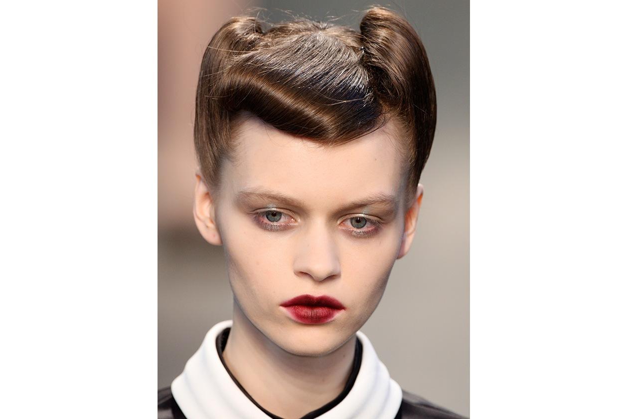 """SMUDGED LIPS: le """"donne lupo"""" di Antonio Marras indossano rossetti rosso dark per bocche smudged"""