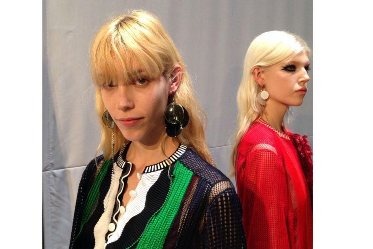 Sciolti con frangia nel backstage di Louis Vuitton