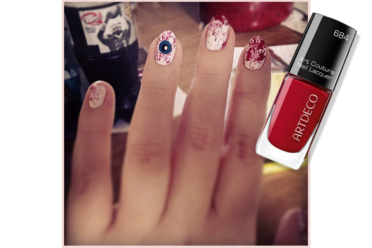 Spooky nails: bloody manicure!