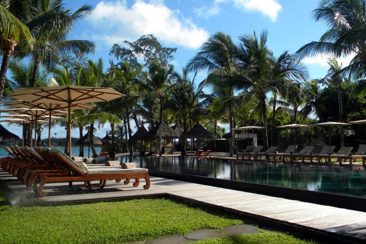 Anche la piscina all'esterno, tra il giardino e il mare, è a temperatura ambiente