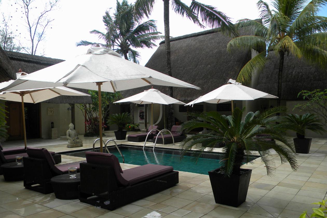Dopo il massaggio si beve un tè o una bevanda fredda sui lettini intorno alla piscina: wonderful!