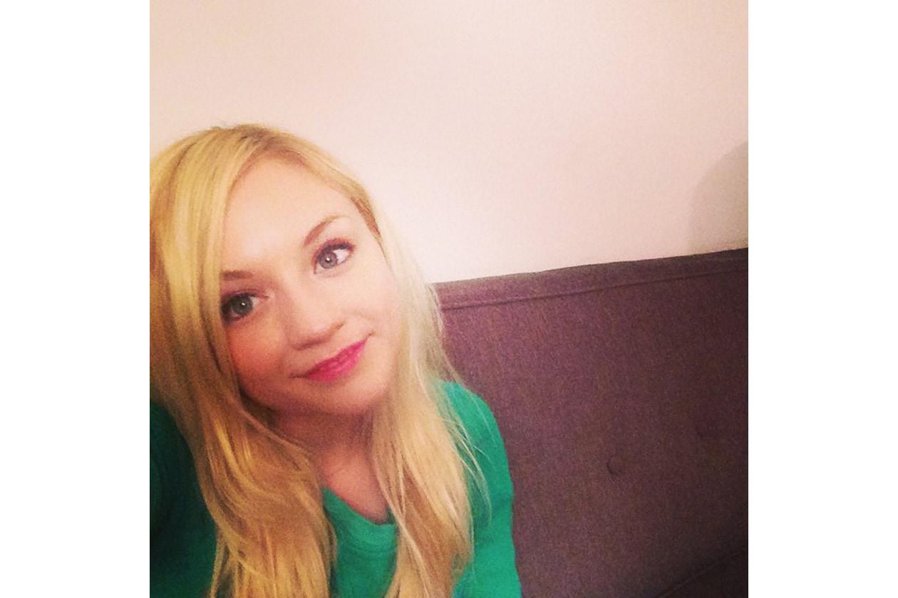 Emily Kinney beauty look: maquillage delicato e fresco
