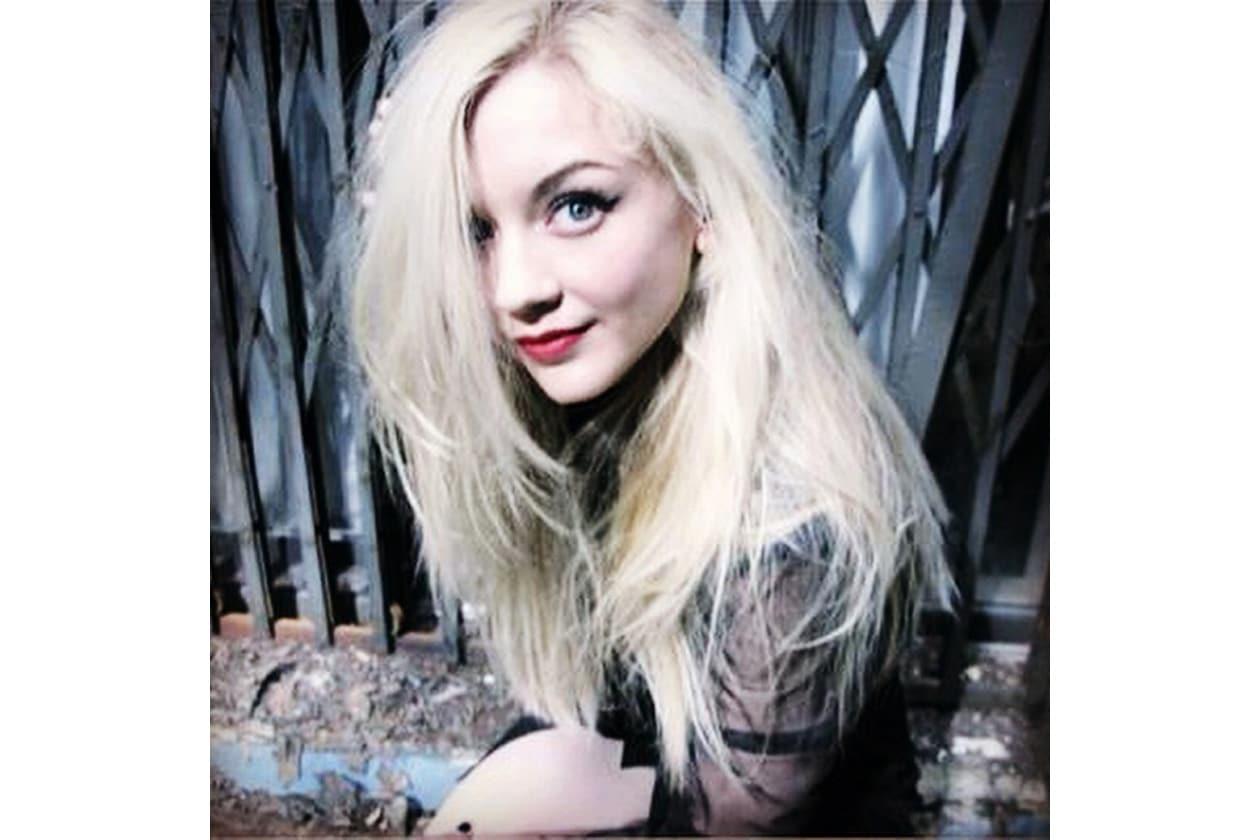 Emily Kinney beauty look: rosso fragola per le labbra