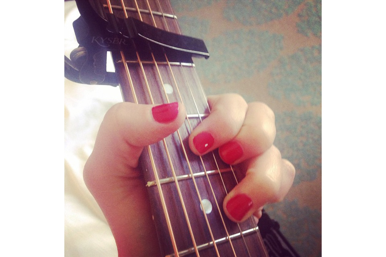 Emily Kinney beauty look: rosso laccato per la manicure