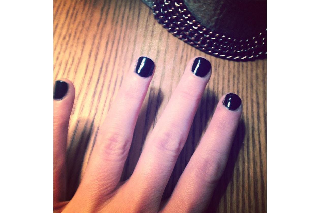 Emily Kinney beauty look: total black per la manicure