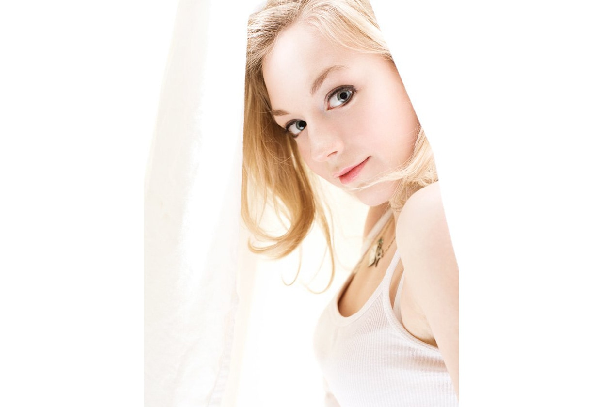 Emily Kinney beauty look: trucco nude delicato