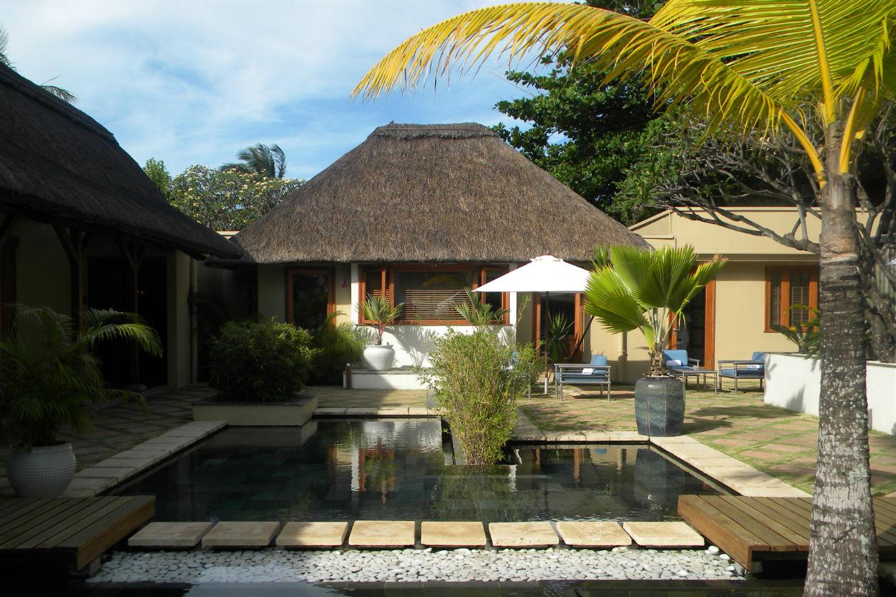 L'interno della spa tra palme, piscina e lettini