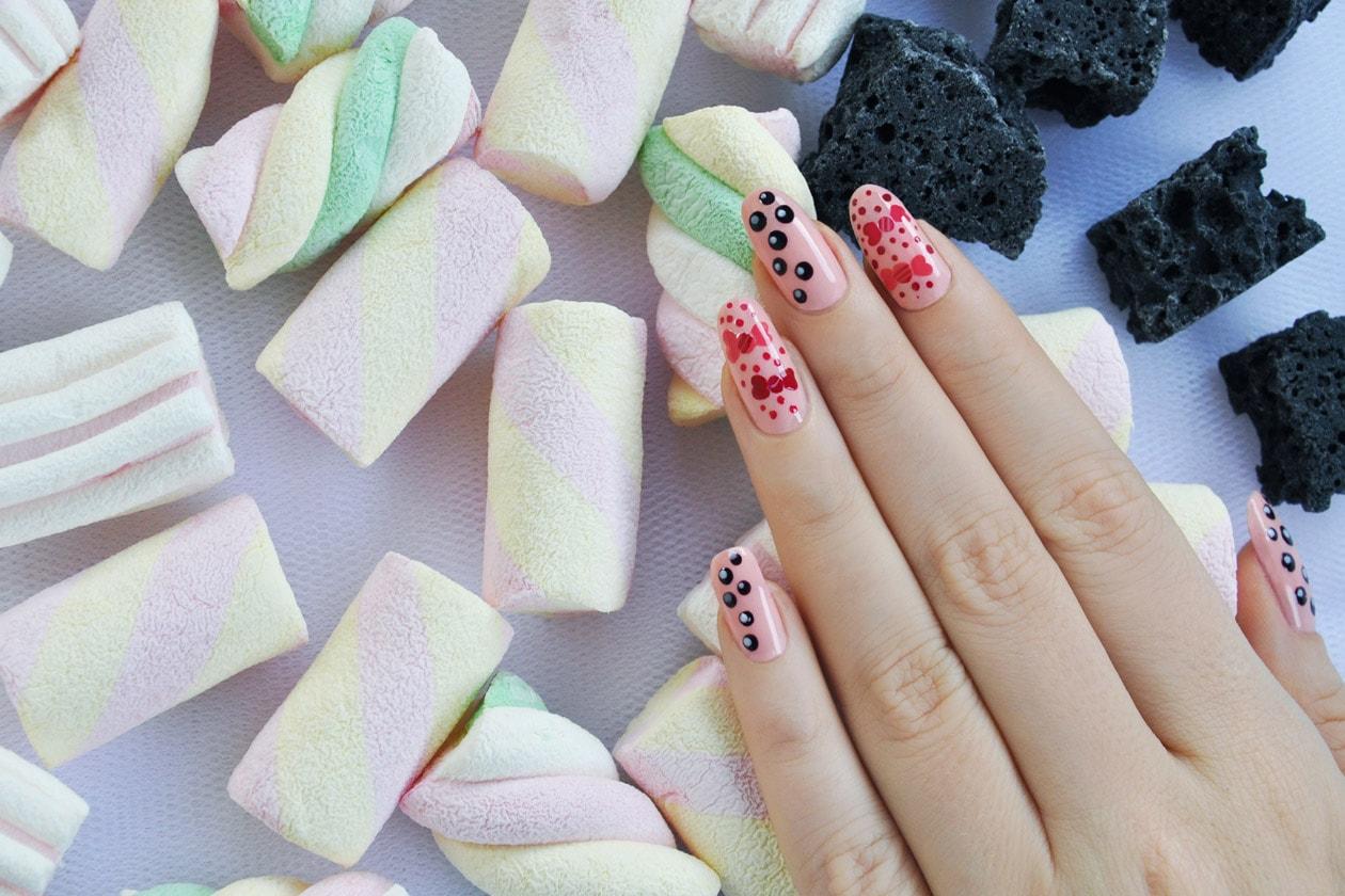 Nail Art delle Feste 2014-2015 – Caramelle e Carbone nails