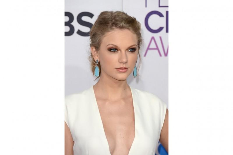 OCCHI DI GATTO: smokey eyes sui toni del marrone e mascara à gogo è tra i beauty look più belli di Taylor (2013)