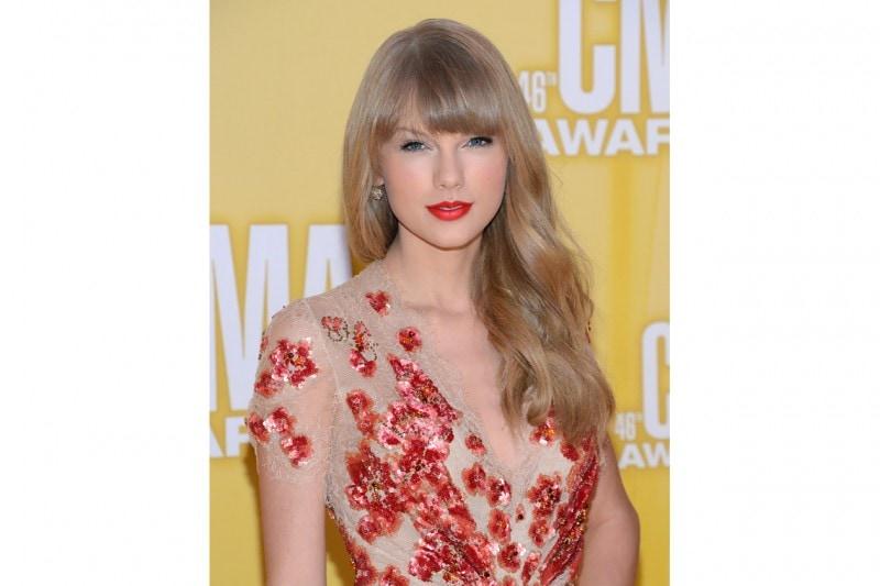 La tinta scelta per le labbra è abbinata al vestito: eleganza impeccabile (2012)
