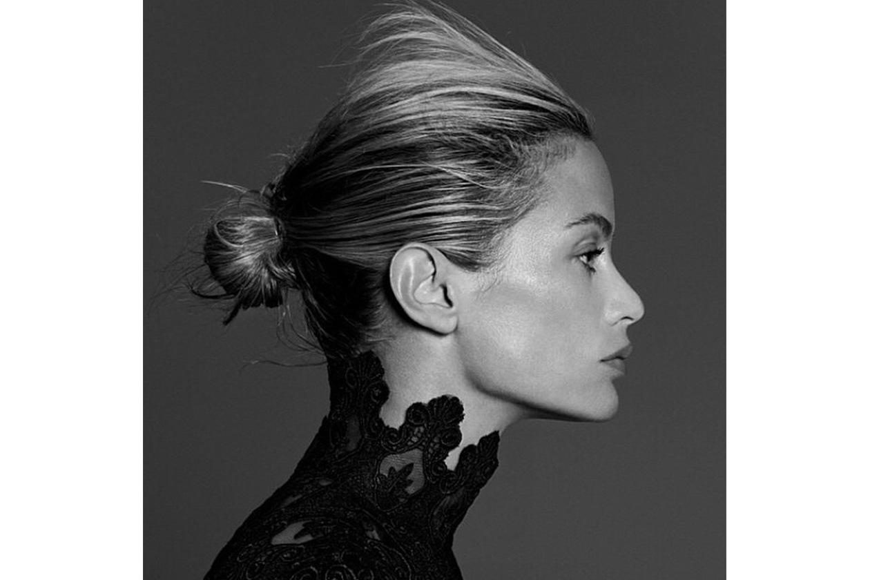 Carolyn Murphy capelli: chignon con ciuffi ribelli