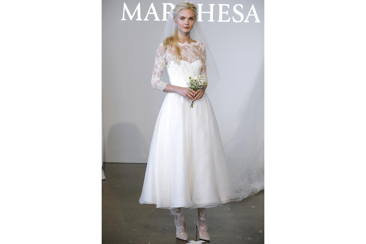 LOOK 5 MARCHESA  un abito midi bianco con maniche e scollatura in pizzo e  gonna in tulle doppiato 2c6ad262186