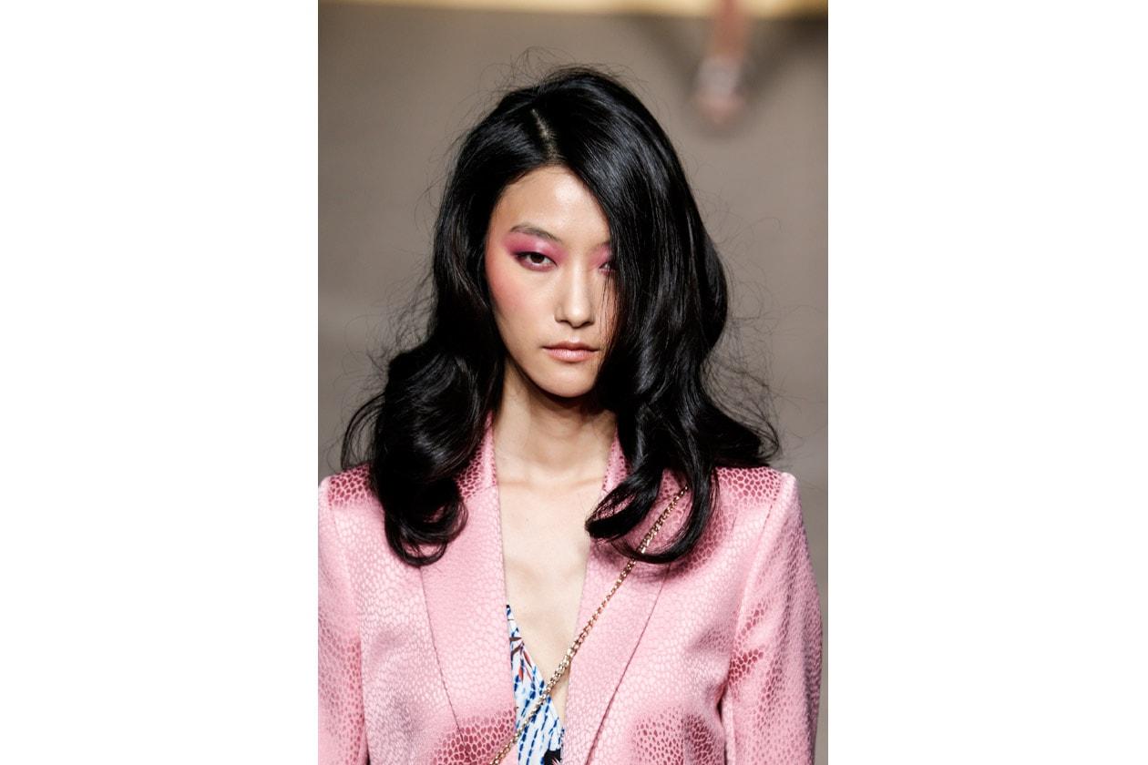 Mattew Williamson sceglie morbidi boccoli per i capelli della modella