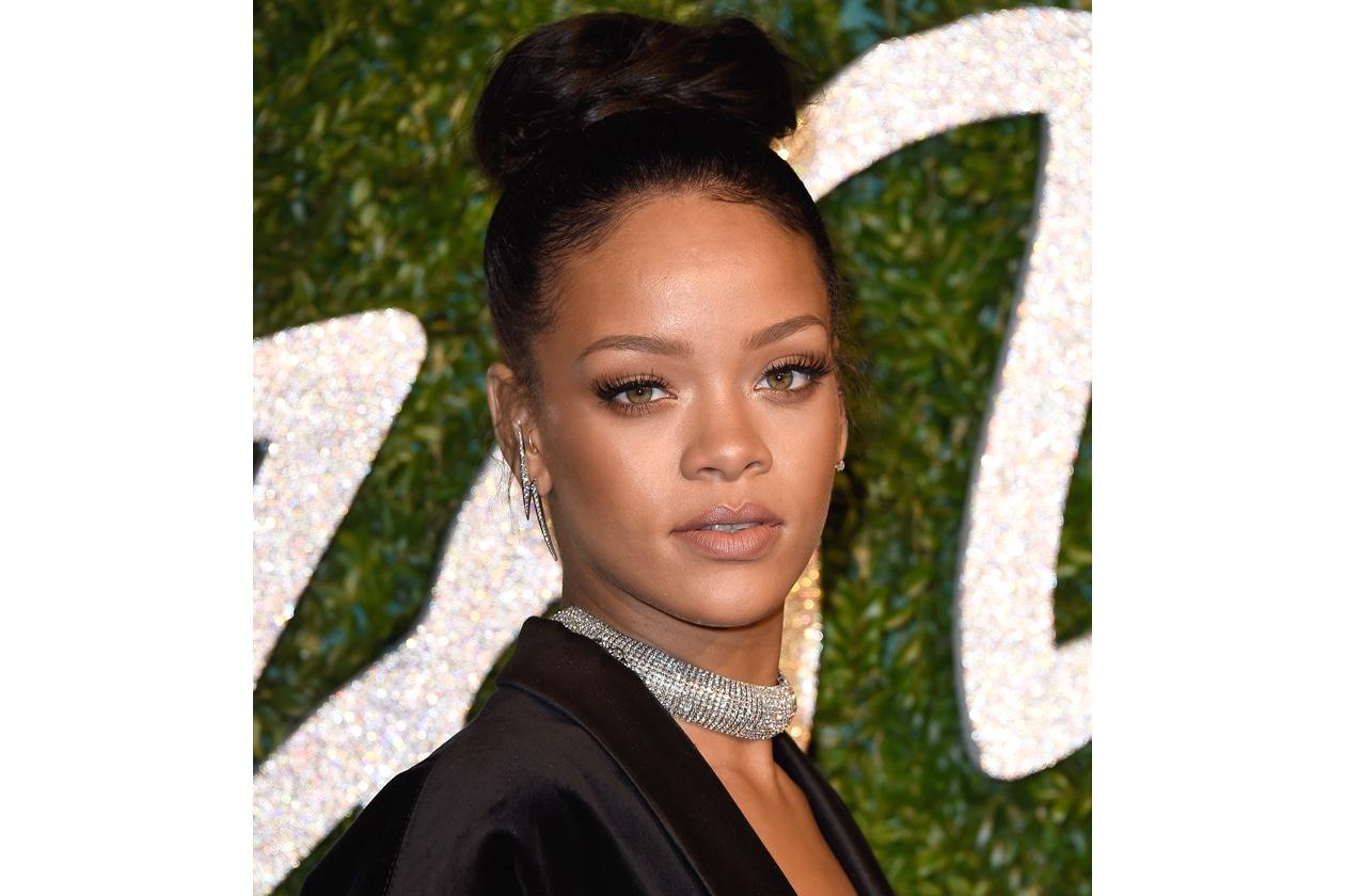 Rihanna: chignon alto