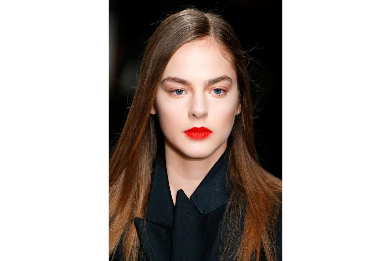 Rossetto rosso: finitura satinata per un look chic
