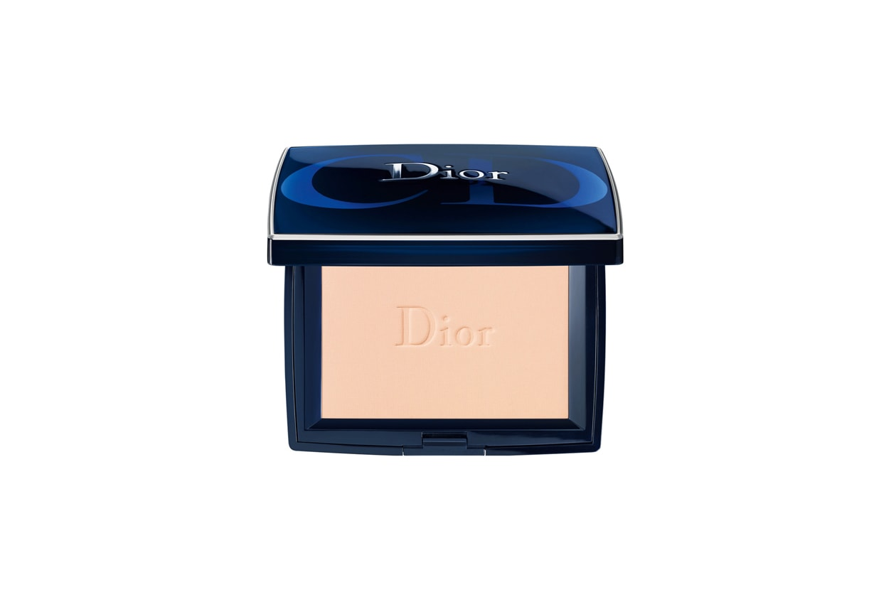 Trucco smokey eyes e camicia bianca: Dior Diorskin Forever Poudre Compacte