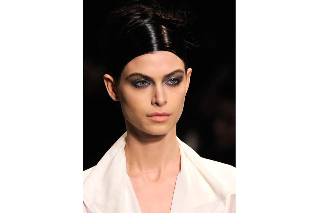 Trucco smokey eyes e camicia bianca: il beauty look